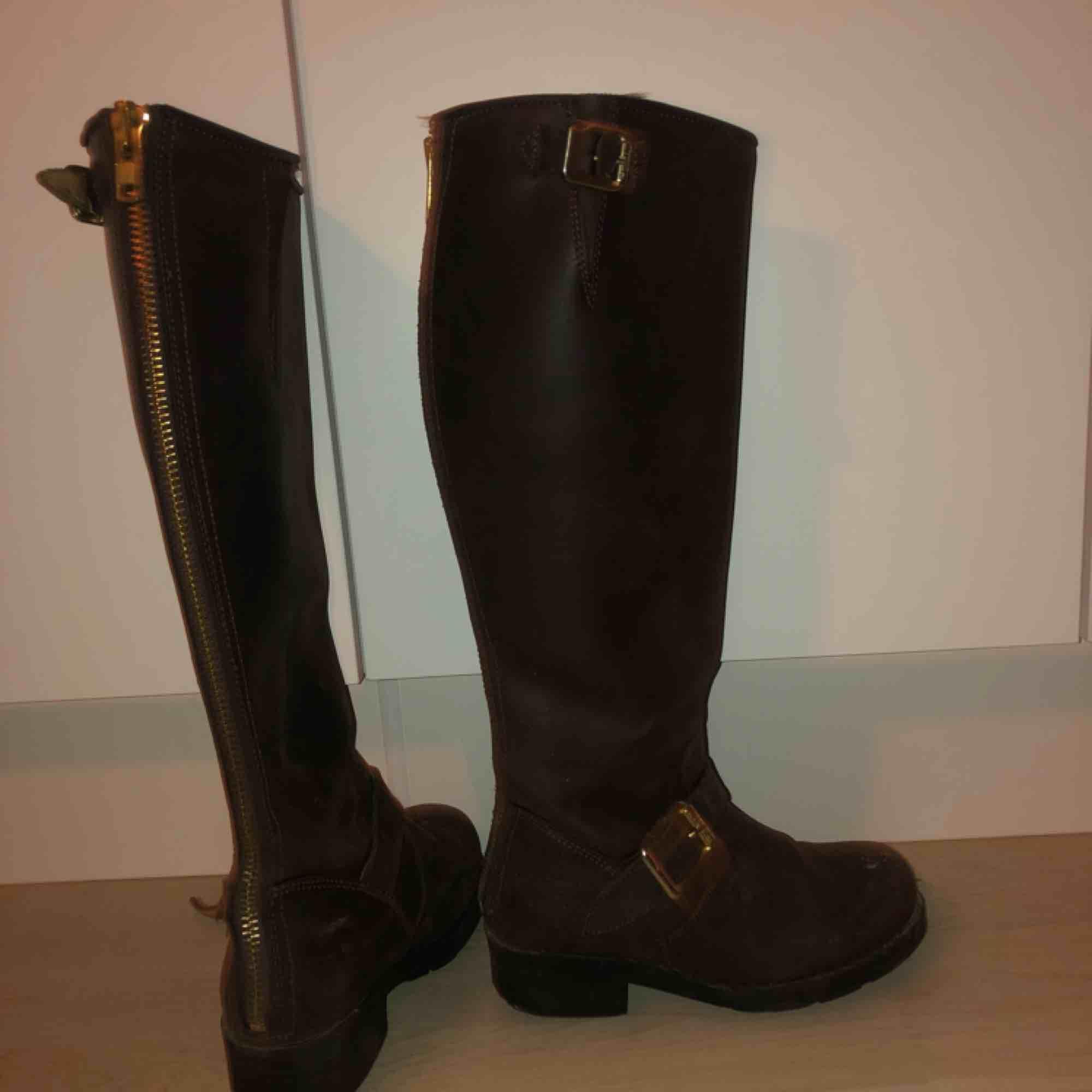 Perfekta skorna nu till vintern!! Johnnybulls, bruna! Passar till alla jeans och väldigt bra när snön kommer. Storlek 35! De är använda en vinter😍säljs pga för små för mig! Möts upp eller så står köparen för frakten . Skor.