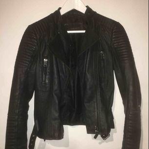 En svart skinnjacka från Zara, ca 1år gammal, men ser ut som ny.
