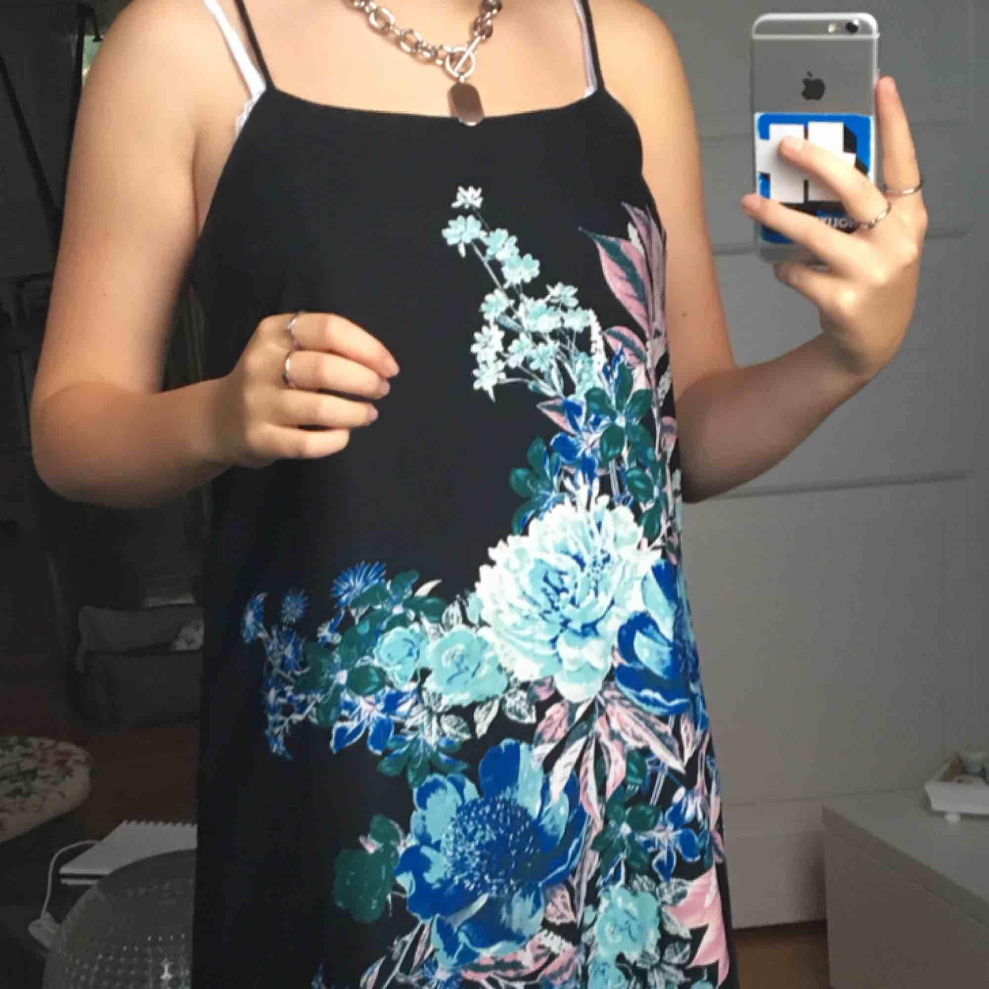 supersöt klänning i satin!!💖 minimal syn på användning!!. Klänningar.