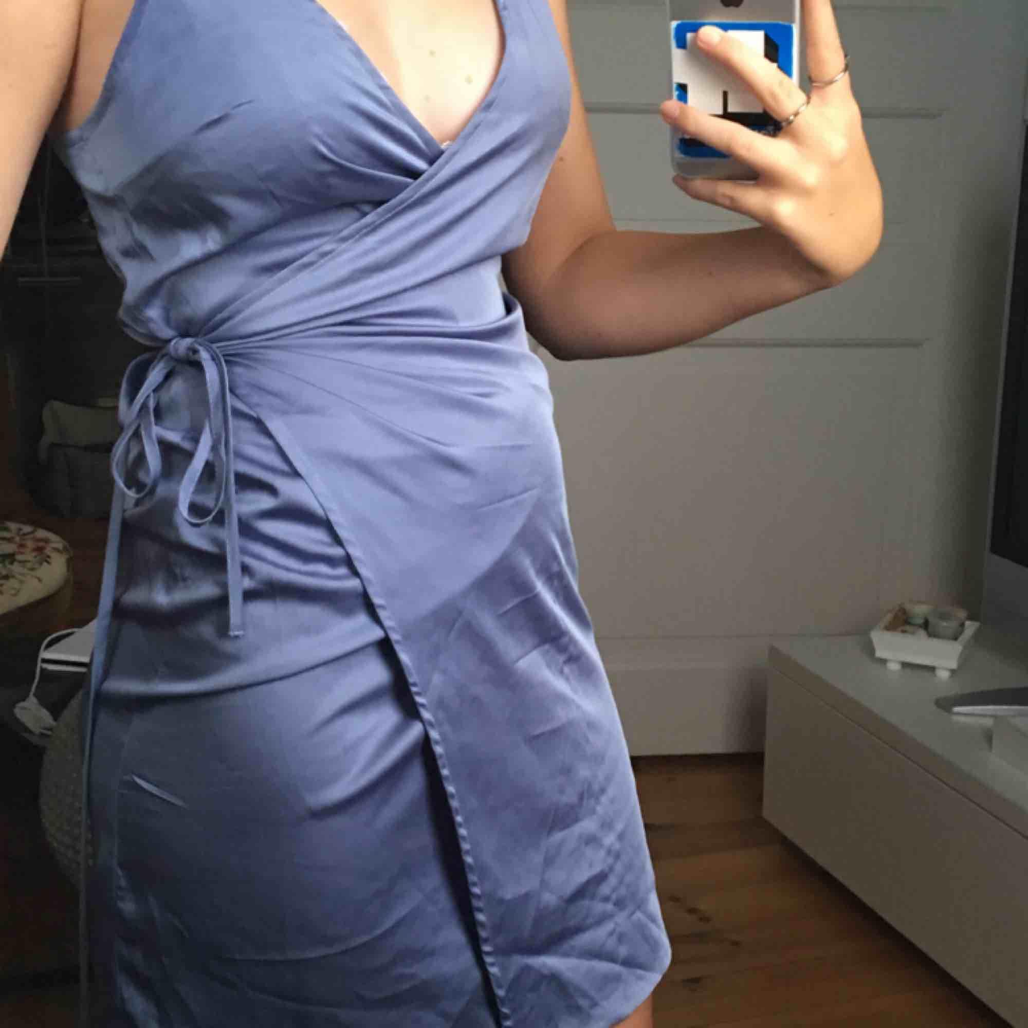 superfin klänning i satin💖. Klänningar.