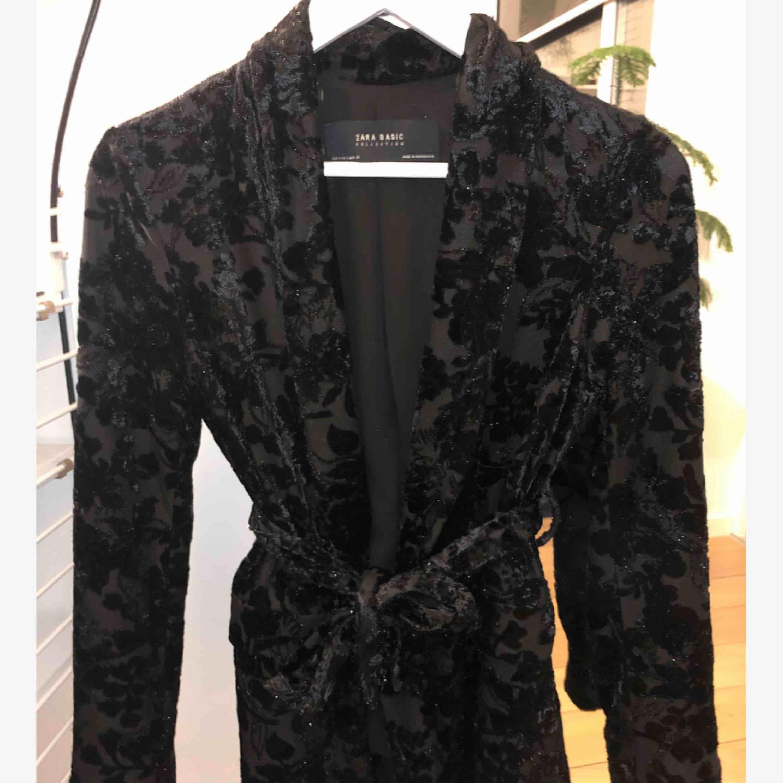 Snygg blazer från Zara med blommor i sammet och lite glitter. . Kostymer.