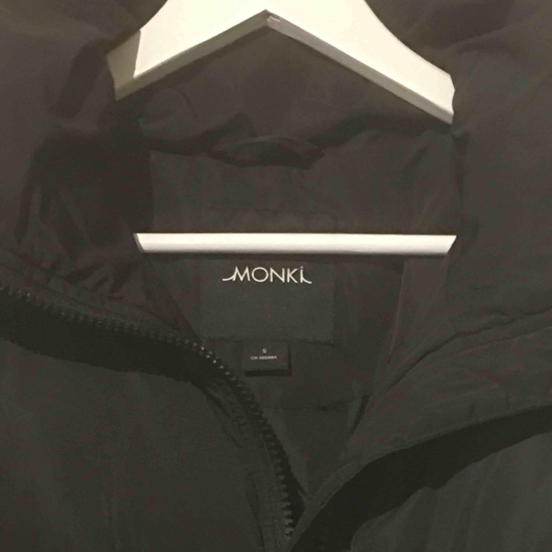 En snygg dunjacka från Monki. Org. Pris 600kr. Ca 1år gammal och en jättebra höst eller vår jacka!  . Jackor.