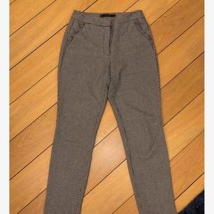 Kostymbyxor från Zara med volang på fickorna. Frakt tillkommer.