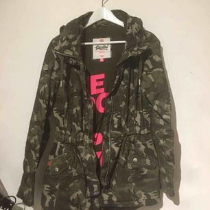 En cool camouflage jacka från superdry. Org 2000kr  Går att pruta!  Knappt använd Höst/vår jacka