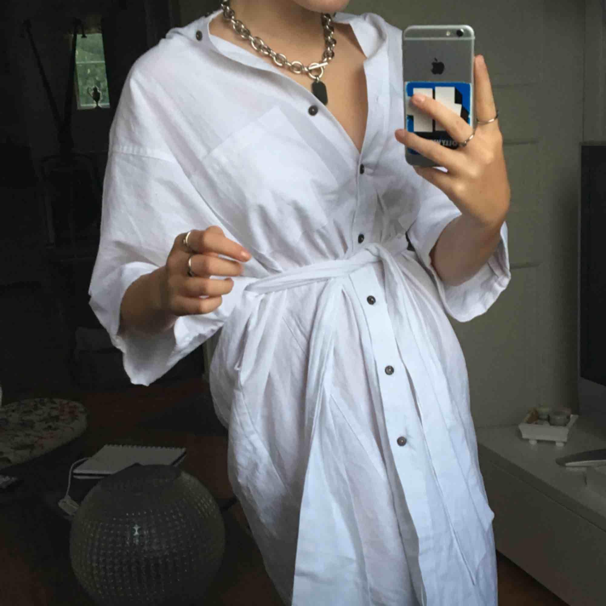 jättegullig klänning i linne! Aldrig använd (prislappen kvar) och kan både has med och utan band!!💖. Klänningar.