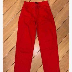 Röda byxor från Lindex. Är storlek 34 men passar även 36. Säljer också en matchande jeansjacka! Frakt tillkommer