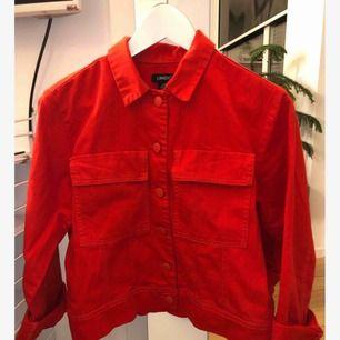 Röd jeansjacka från Lindex. Storlek XS men passar även S. Säljer även matchande jeans! Frakt tillkommer.