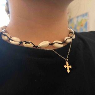 Säljer det här halsbandet som är från Grekland fick det i present men använder knappt jätte fint! ingen aning hur mycket det kosta men säljer för runt 50-70kr pris kan diskuteras, kan mötas upp i Sthlm eller frakta men då betalar köparen frakten!