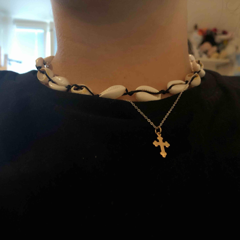 Säljer det här halsbandet som är från Grekland fick det i present men använder knappt jätte fint! ingen aning hur mycket det kosta men säljer för runt 50-70kr pris kan diskuteras, kan mötas upp i Sthlm eller frakta men då betalar köparen frakten!. Övrigt.