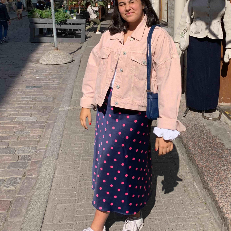 Kjol från Zara st M , stretching, köpt för 399kr säljer för  kring 150kr,kan mötas upp i Sthlm eller frakta men då betalar köparen frakten!. Kjolar.