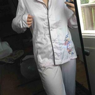 superfint pyjamassett med brodyr💖