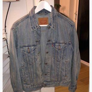 Levi's jeansjacka i väldigt fint skick. Endast använd ett fåtal gånger! Frakt tillkommer.