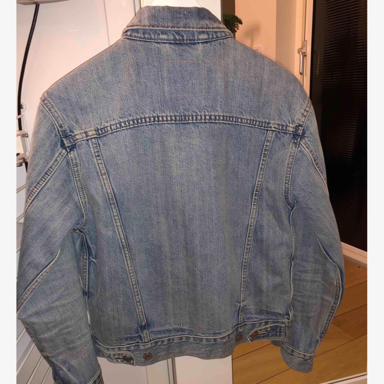 Levi's jeansjacka i väldigt fint skick. Endast använd ett fåtal gånger! Frakt tillkommer.. Jackor.