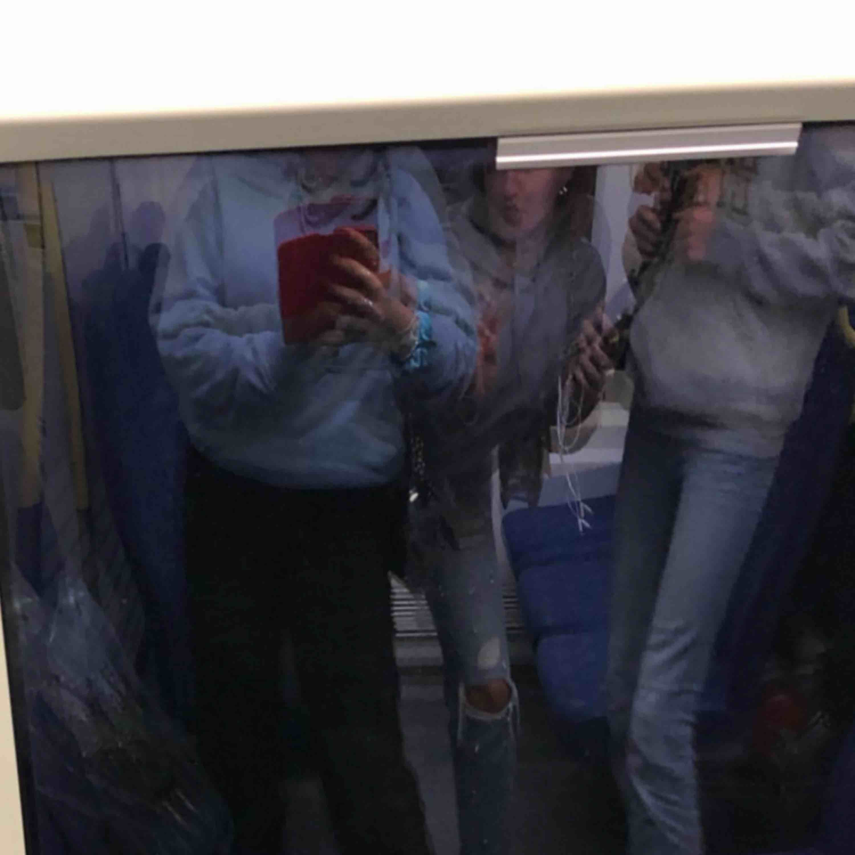 En blå hoodie från Weekday, köpt för 300kr men säljer för 150kr, kan mötas upp i Sthlm eller frakta men då betalar köparen frakten!. Huvtröjor & Träningströjor.