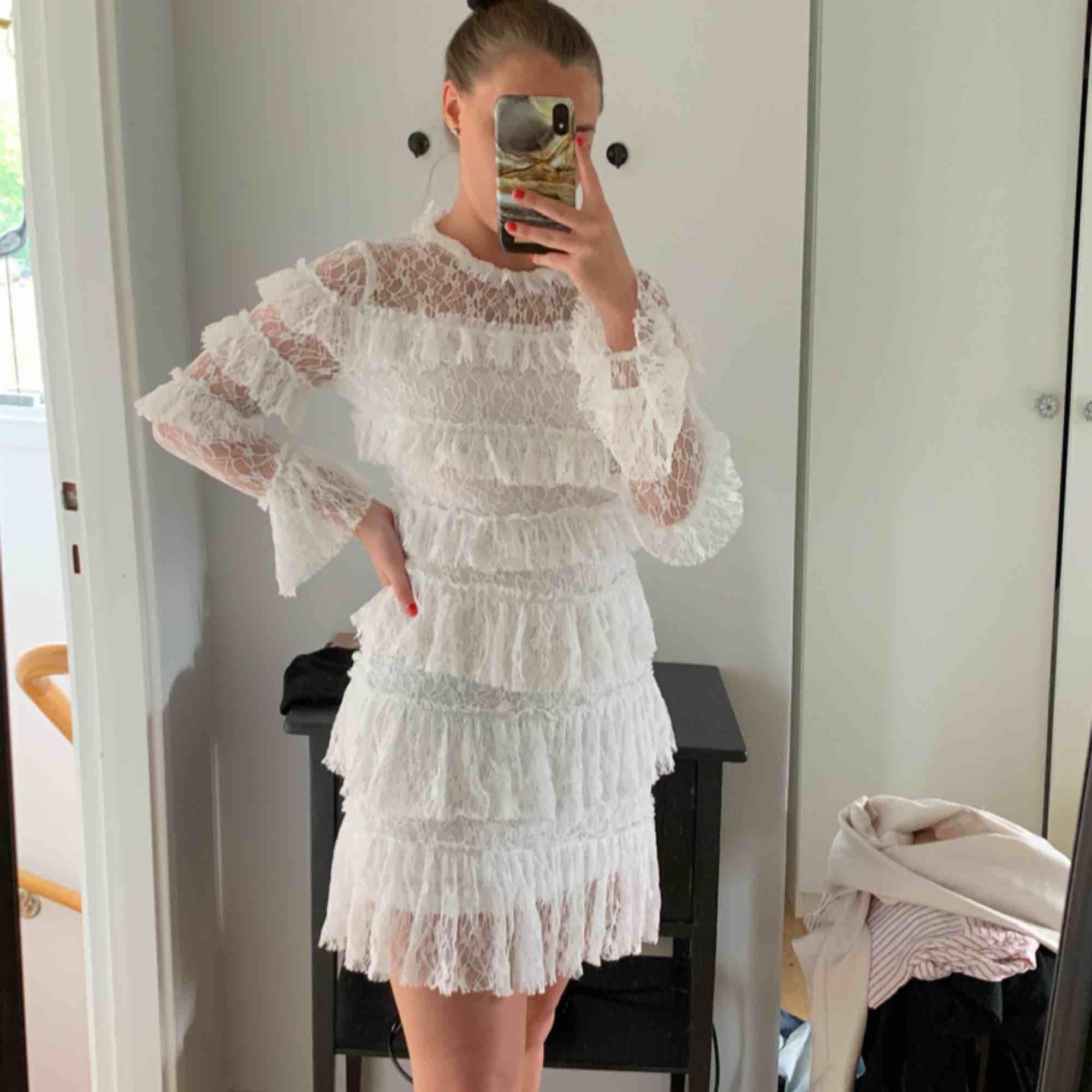 Superfin vit klänning. Aldrig använd. Mer som en S. . Klänningar.