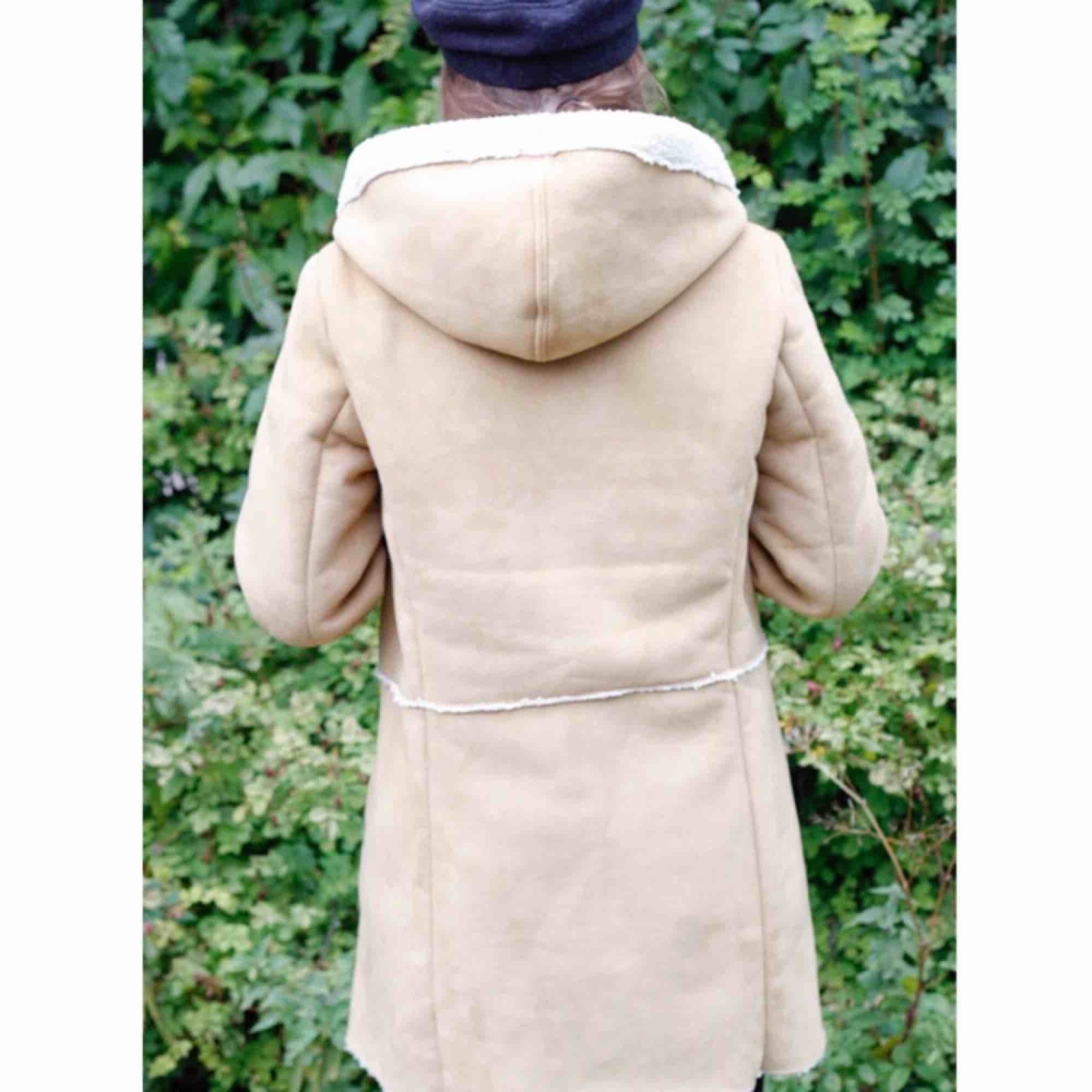 Roxy jacka i strl L enligt lappen men S enligt mig som är 160cm o väger runt 55kg. 100% polyester, fejkmocka. 63kr i frakt. Jackor.