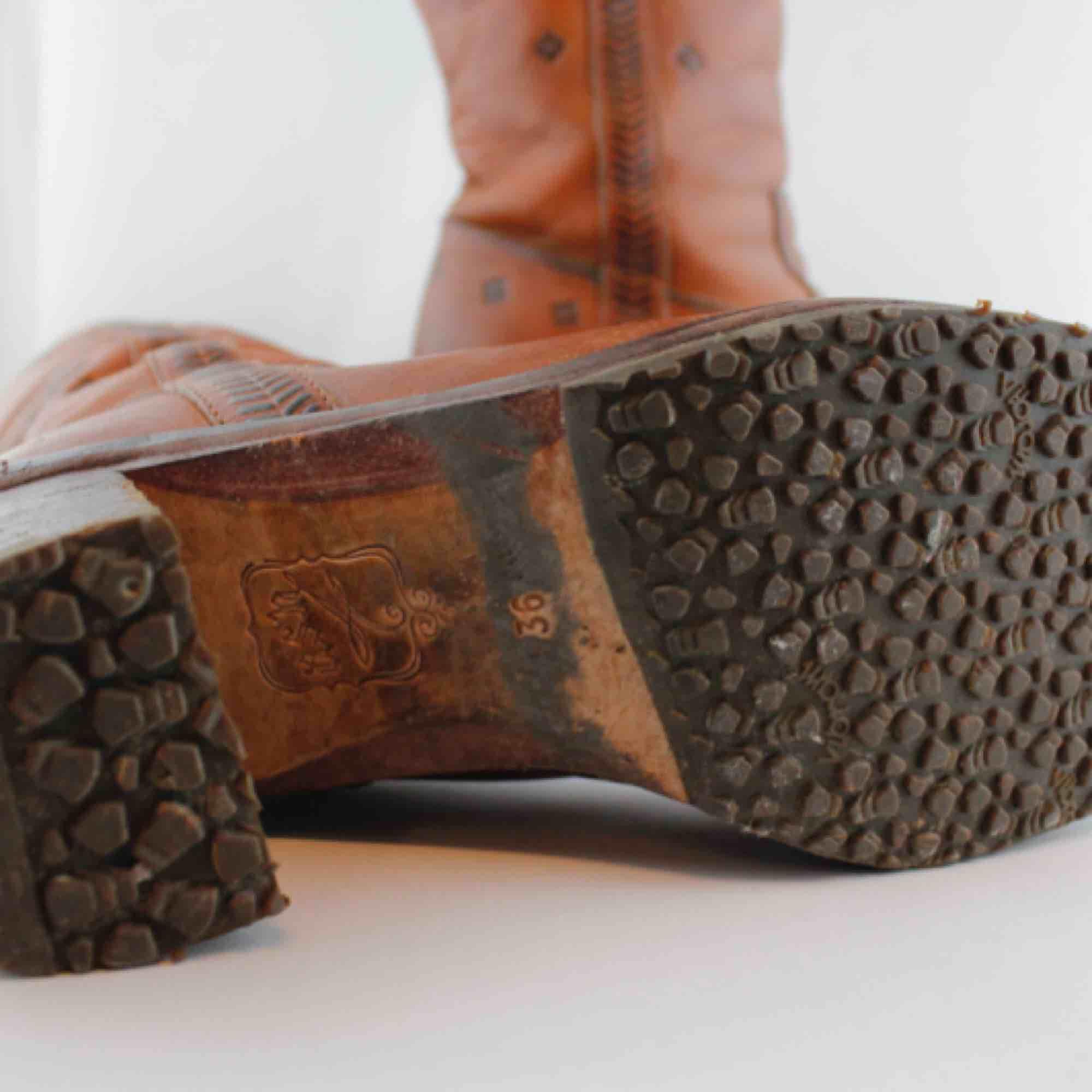 Läderstövlar från märket Ash strl 36. Innermått 23-24cm Skaft längd 35cm Öppning ca 34cm runt, insidan Klack ca 7cm. . Skor.