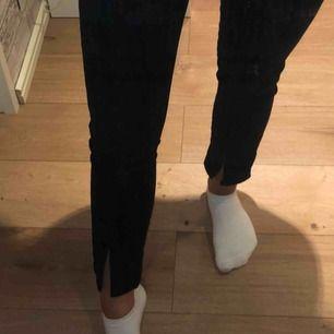 Svarta jeans från NA-KD. Aldrig kommit till användning, så är som nya! Fler bilder vid intresse. Frakt tillkommer!!!