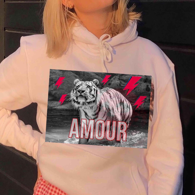 Såhär kommer våra hoodies ungefär se ut🥰🥰original bild är från the cool elefant, vilket av trycken är ni mest intresserade av??!. Huvtröjor & Träningströjor.