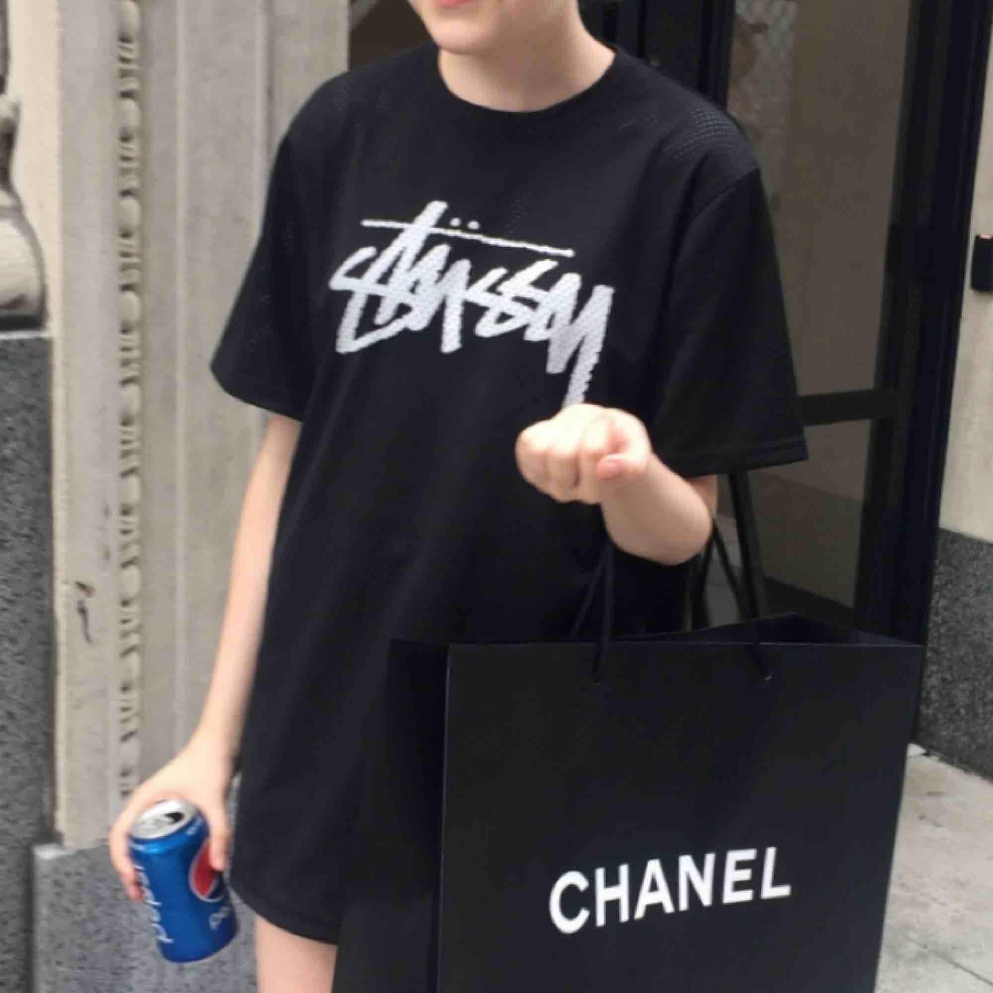 Mesh tröja från Stussy köpt på herravdelningen på Urban Outfitters! Frakt tillkommer! :) . T-shirts.