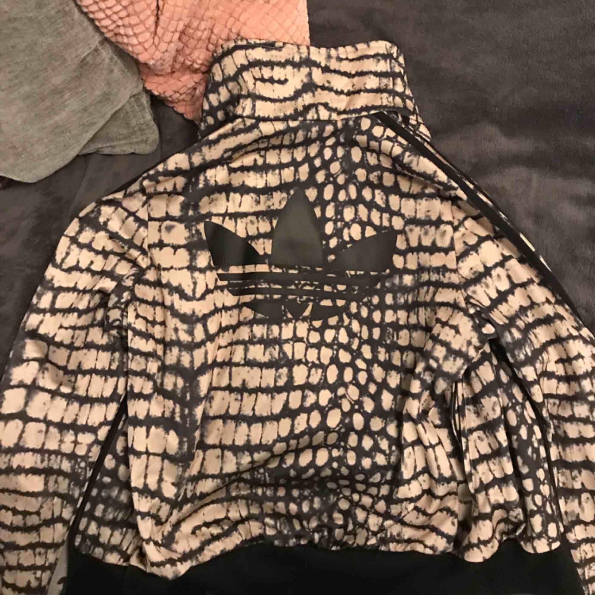 Adidas träningströja helt oanvänd. Skitcool tröja som tyvärr aldrig använts och blivit för liten. Lite figursydd/får fram midja. Du står för frakt 59kr, annars möts vi på söder!. Huvtröjor & Träningströjor.