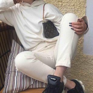Off white/ beige jeans från HM. Endast använda 1 gång på bilden :) frakt på 63kr tillkommer!