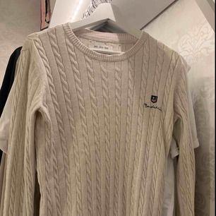 En kabelstickad beige Bondelid tröja från MQ i stolek M. Aldrig använd