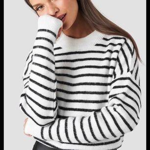 Helt oanvänd tröja från NAKD (med lappen kvar), i storlek XXS men passar mig som har S). Köpare står för eventuell frakt :)