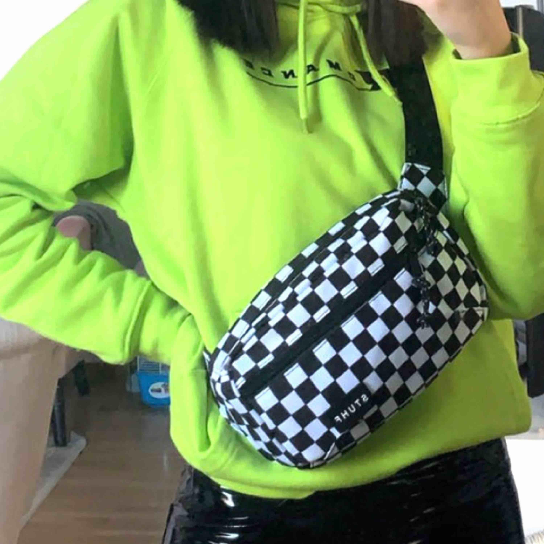 Säljer denna stuhf väska, endast använd en gång, nypris 299!🥰. Väskor.