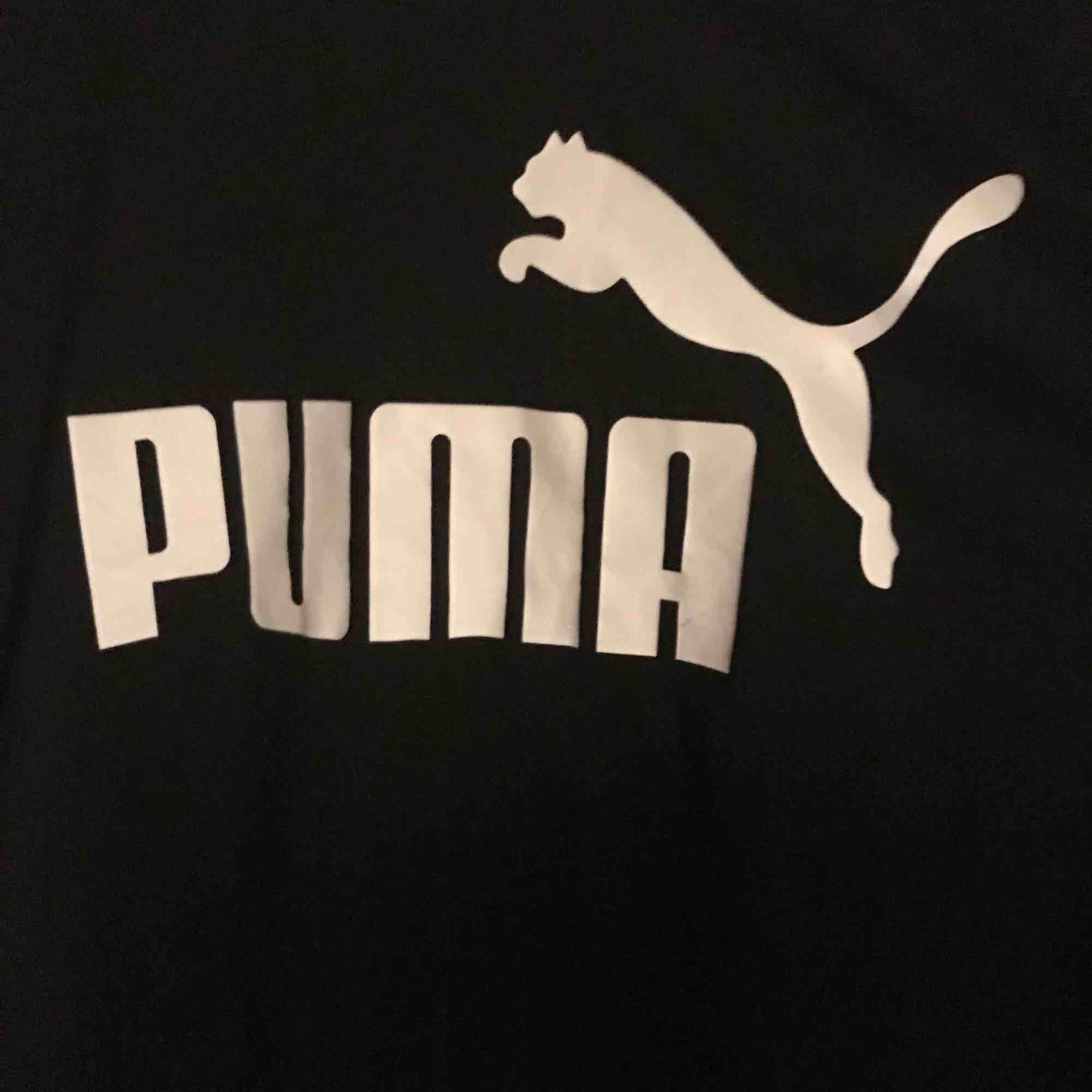 ☺️ hej och varmt välkommen jag säljer en helt Ny topp från Puma jag skickar allt per post dvs jag möter inte upp utan postar allt jag säljer i priset ingår frakten :) varmt välkommen åter ☺️. Toppar.