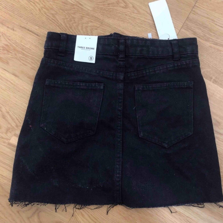 Helt ny svart jeanskjol i storlek S. Skulle säga att den är lite liten i storleken, så den sitter mer som en XS. Prislappen och allt är fortfarande kvar.. Kjolar.