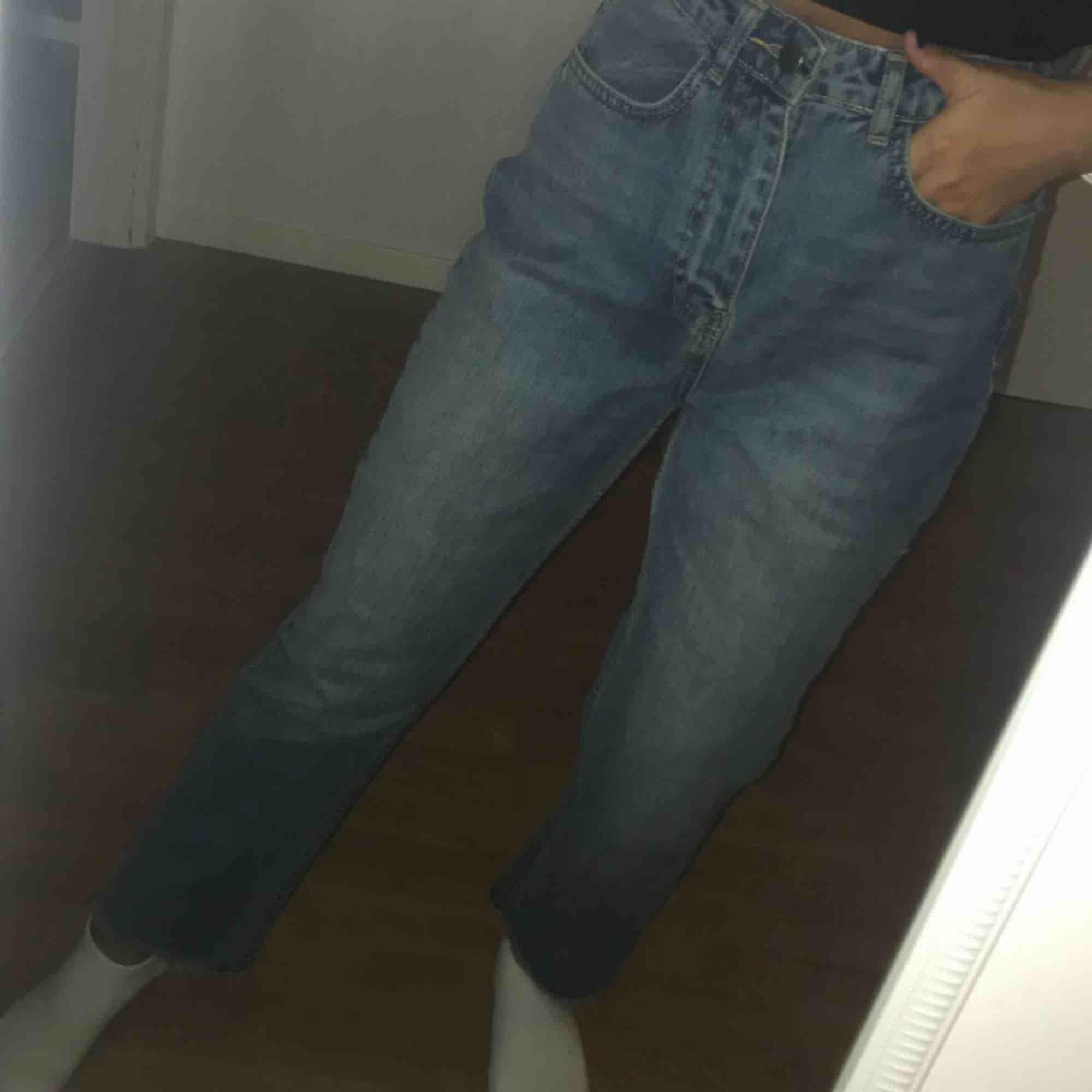 Fina nya mom-jeans som endast är testade. Kan skickas med posten men då står köparen för frakten!. Jeans & Byxor.