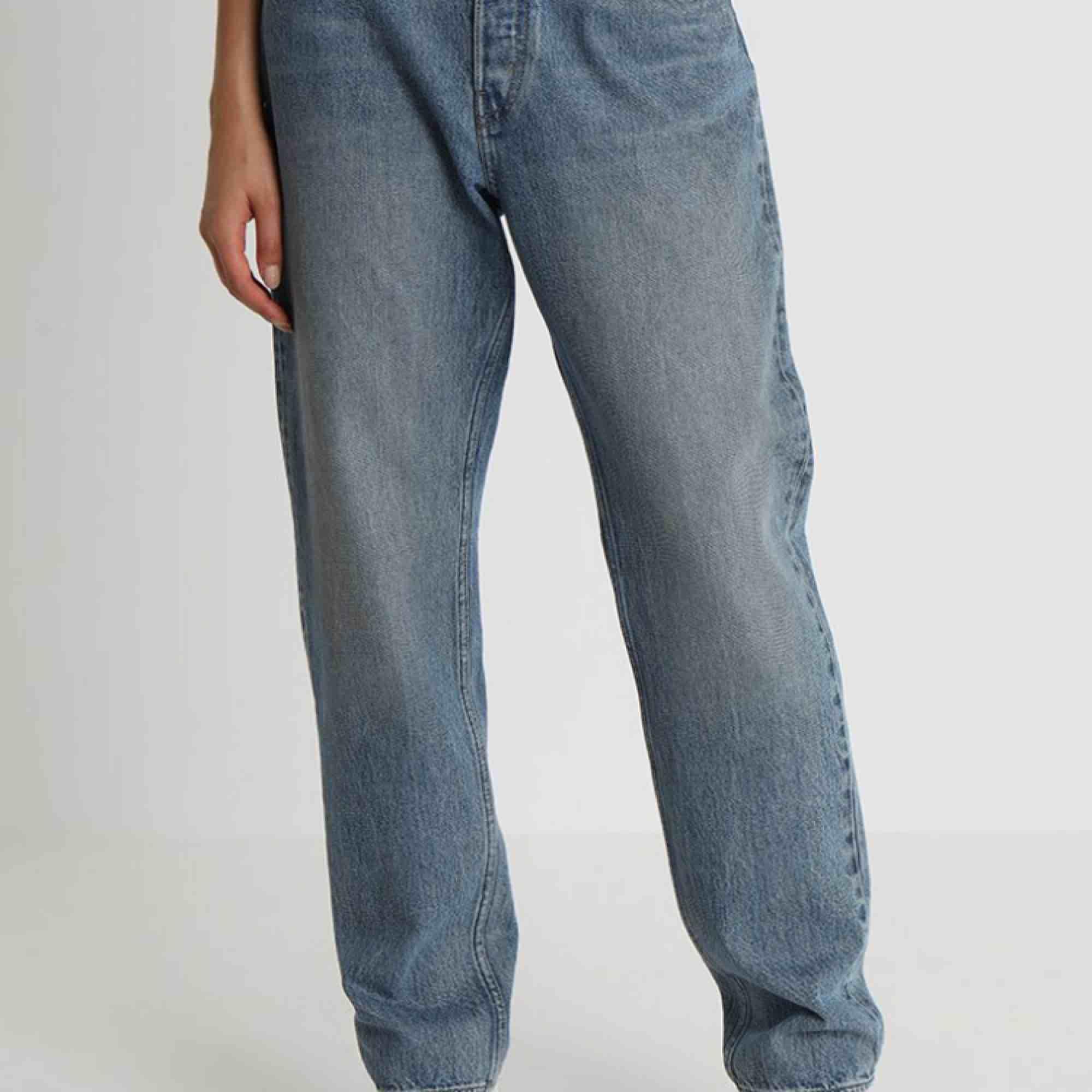 Ett par nästan aldrig använda jeans från weekday. De är i storlek 29 men passar också 28! Jeansen är raka i modellen och har en lite mer losefit. Fraktar gärna:). Jeans & Byxor.