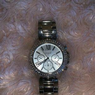 Silvrig jättefin klocka med diamanter, knappt använd så den är i väldigt fint skick!