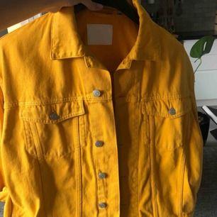 Skitsnygg oversized gul jeansjacka från weekday. Använd en gång. Passar XS, S och M