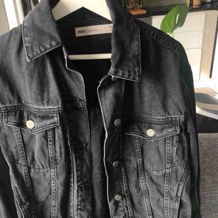 Svart jeansjacka från asos, sparsamt använd. Passar en XS eller S.