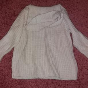 Stickad tröja från Gina Tricot. Storlek M men fungerar på S också. Ljusrosa. Varm och skön till höst och vinter.  100 kr plus frakt