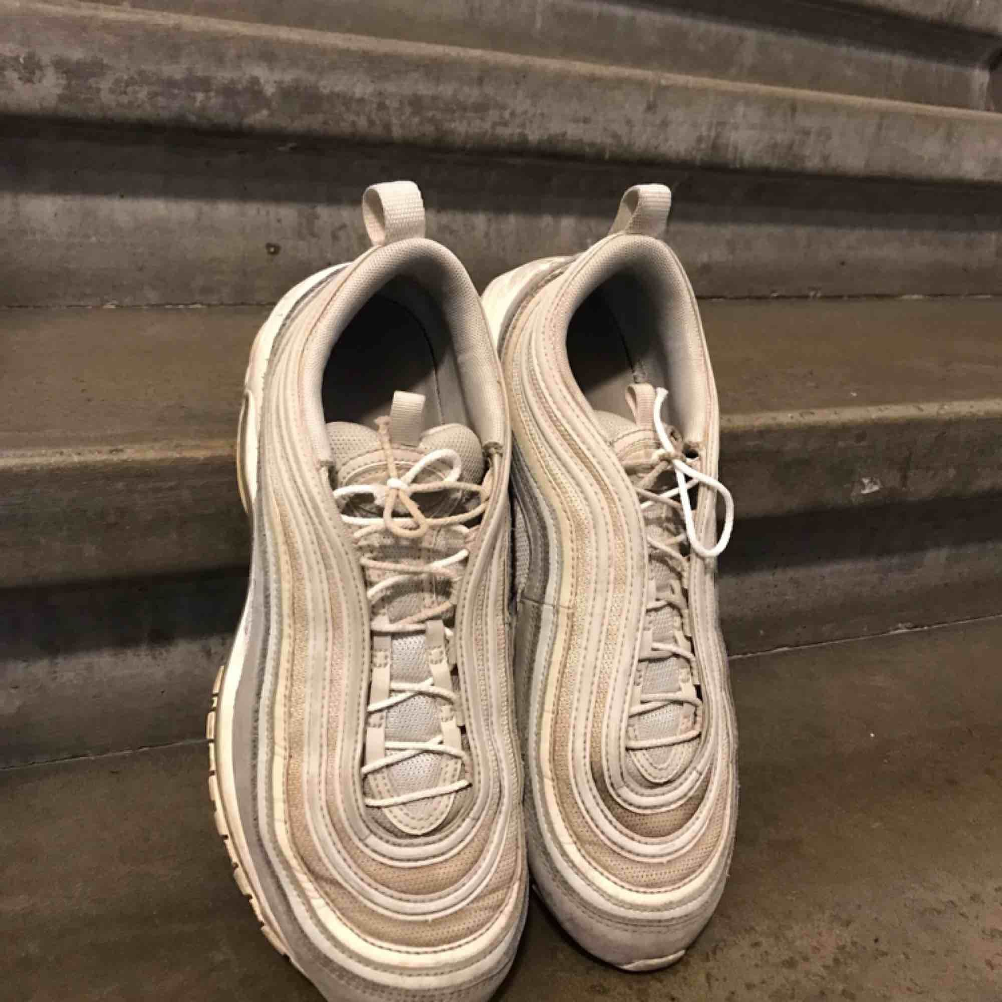 Nike air max 97!!!!! Väl använda men skulle gissa på att de blir fina om man tvättar!!!! Storlek 41🌹🌹🌹 frakt ingår 🔥🔥. Skor.