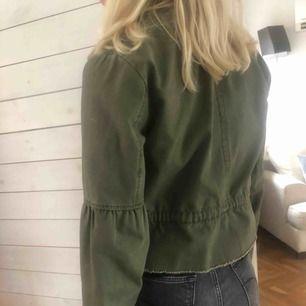 Sjukt fin militär grön jacka köpt på zalando från märker only. Den är kort i modellen och går att reglera i midjan hur man vill ha den! Säljer denna då det var längesen jag använde den då jag har så mycket jackor!