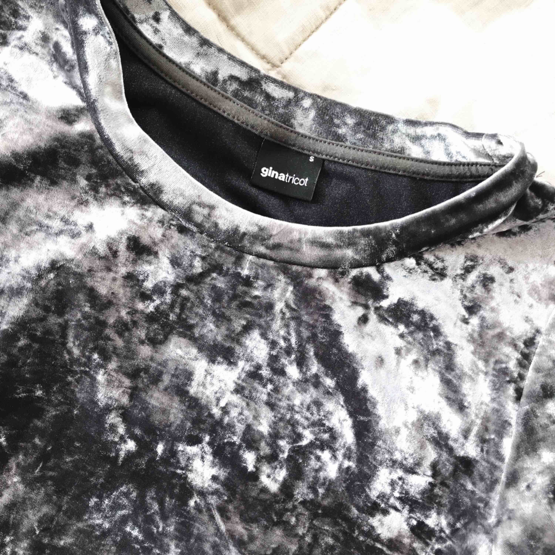 Snygg topp till fest eller vardag, grågrön nyans. Köpare står för frakt (50kr) . T-shirts.
