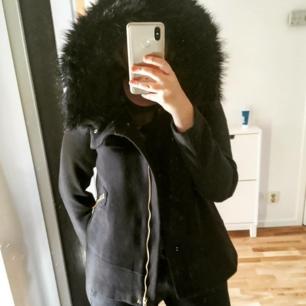 Knappt använd höst/vinter kappa från Zara. Kappan är oversize i modellen och har en fluffig luva. Halvkort modell
