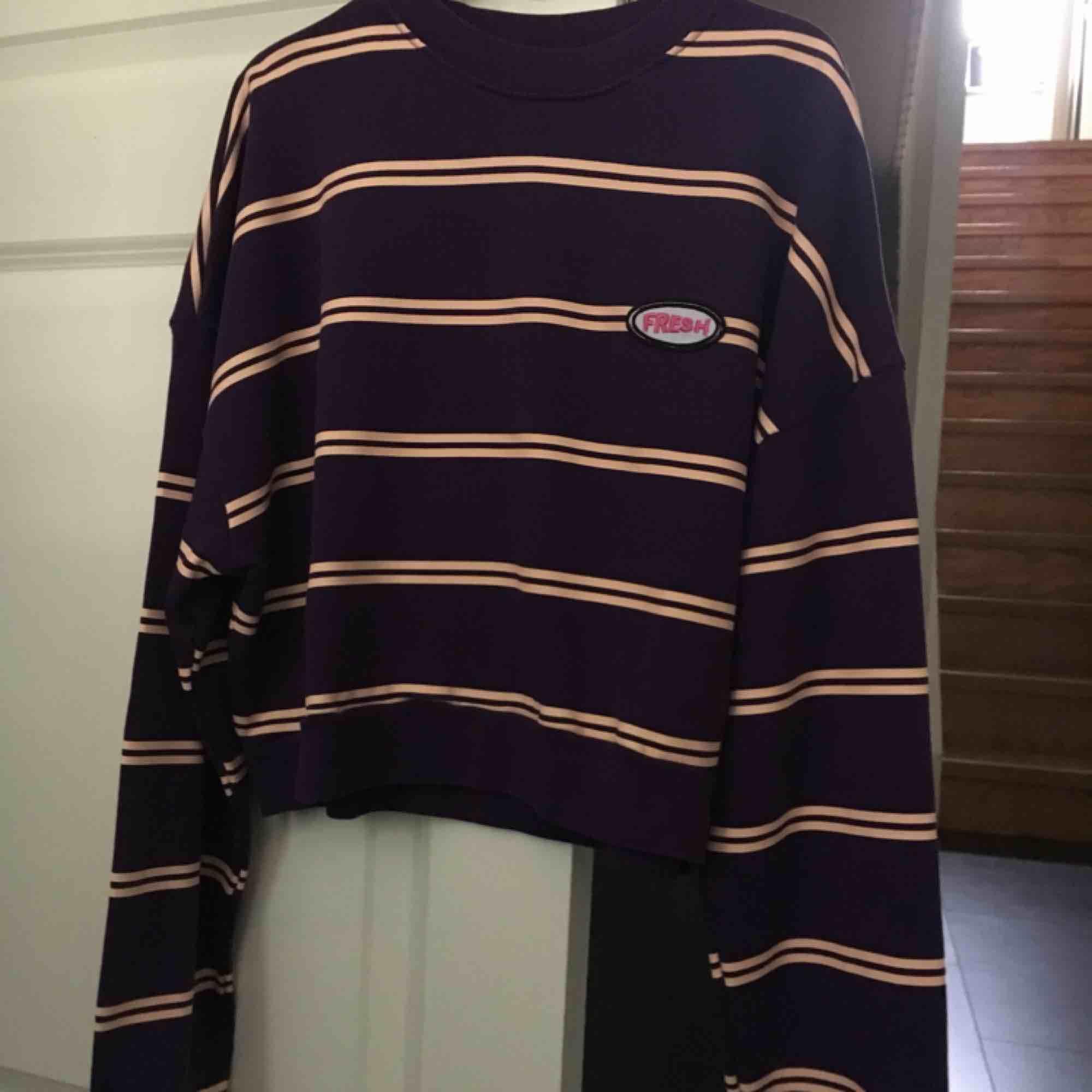 Snygg sweatshirt använd fåtal gånger, säljer pga inte min stil. Frakt tillkommer 🌷🌷 . Huvtröjor & Träningströjor.