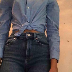Jeans från Bik bok Nypris: 599kr Säljer för 200kr + frakt. (PRIS KAN DISKUTERAS) Jätte fina blåa jeans från bikbok. Säljer dom för att dom är försmå för mig🥰  (Inte mina bilder så om du är intresserad så skriv privat så får du mina bilder❤️)