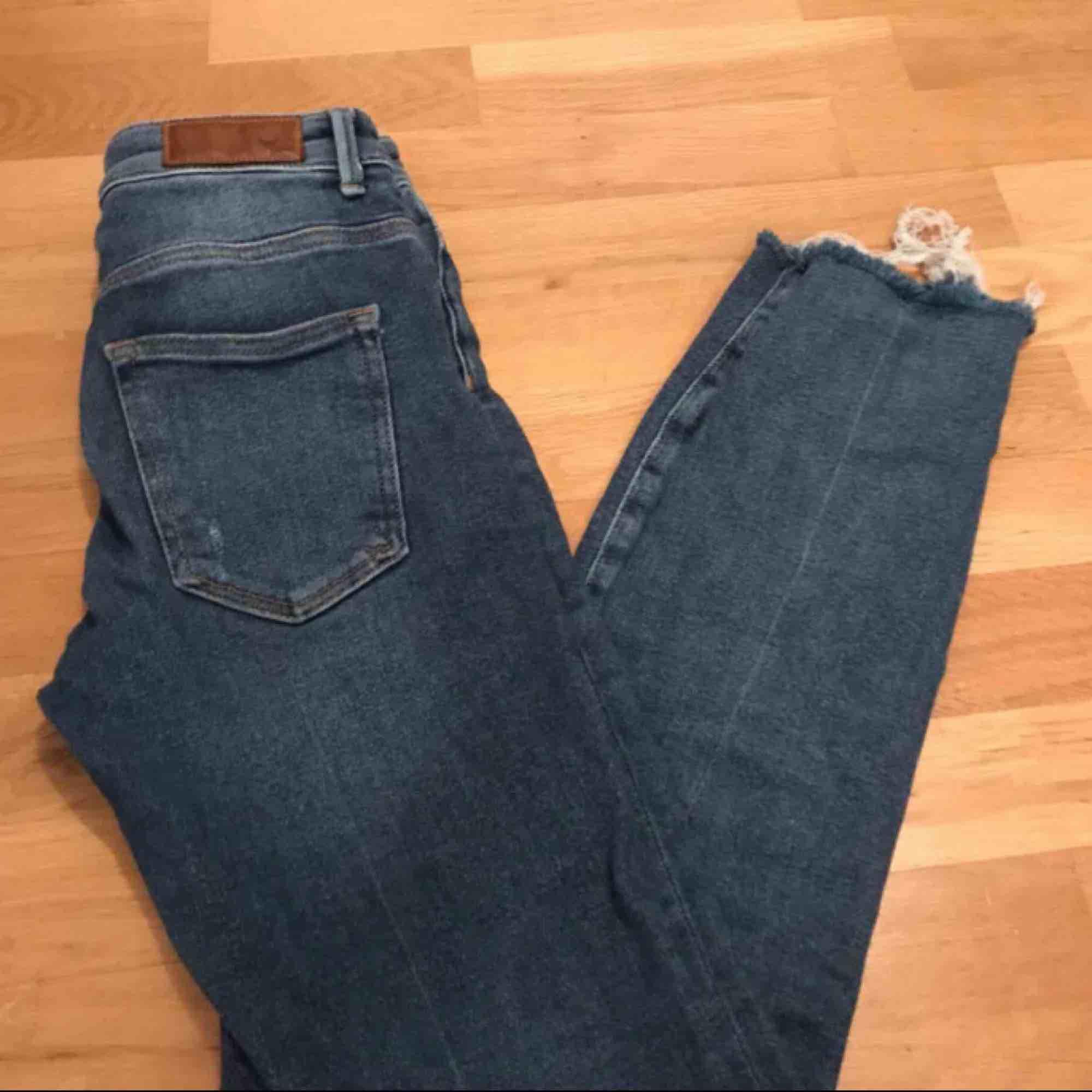 Jeans från Bik bok Nypris: 599kr Säljer för 200kr + frakt. (PRIS KAN DISKUTERAS) Jätte fina blåa jeans från bikbok. Säljer dom för att dom är försmå för mig🥰  (Inte mina bilder så om du är intresserad så skriv privat så får du mina bilder❤️). Jeans & Byxor.