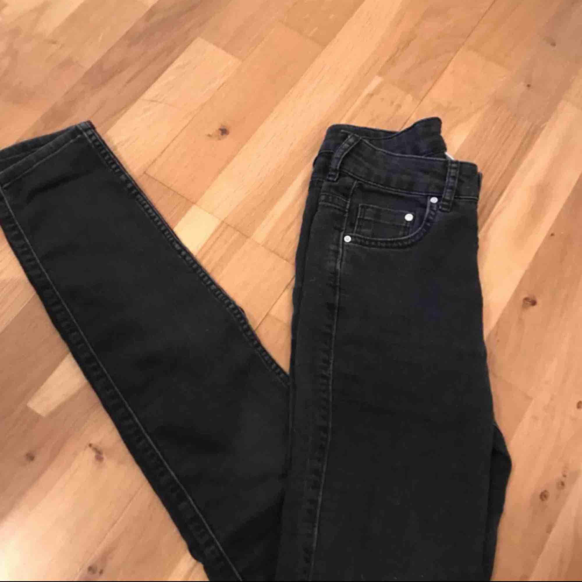 Nypris: 399kr Mitt pris: 125kr + frakt. (Pris kan diskuteras) Jätte fina jeans från H&M. Byxorna är i en svart urtvättad färg. Säljer pga att dom är för små i midjan🥰 (Inte mina bilder så skriv privat om du vill ha mina bilder❤️). Jeans & Byxor.