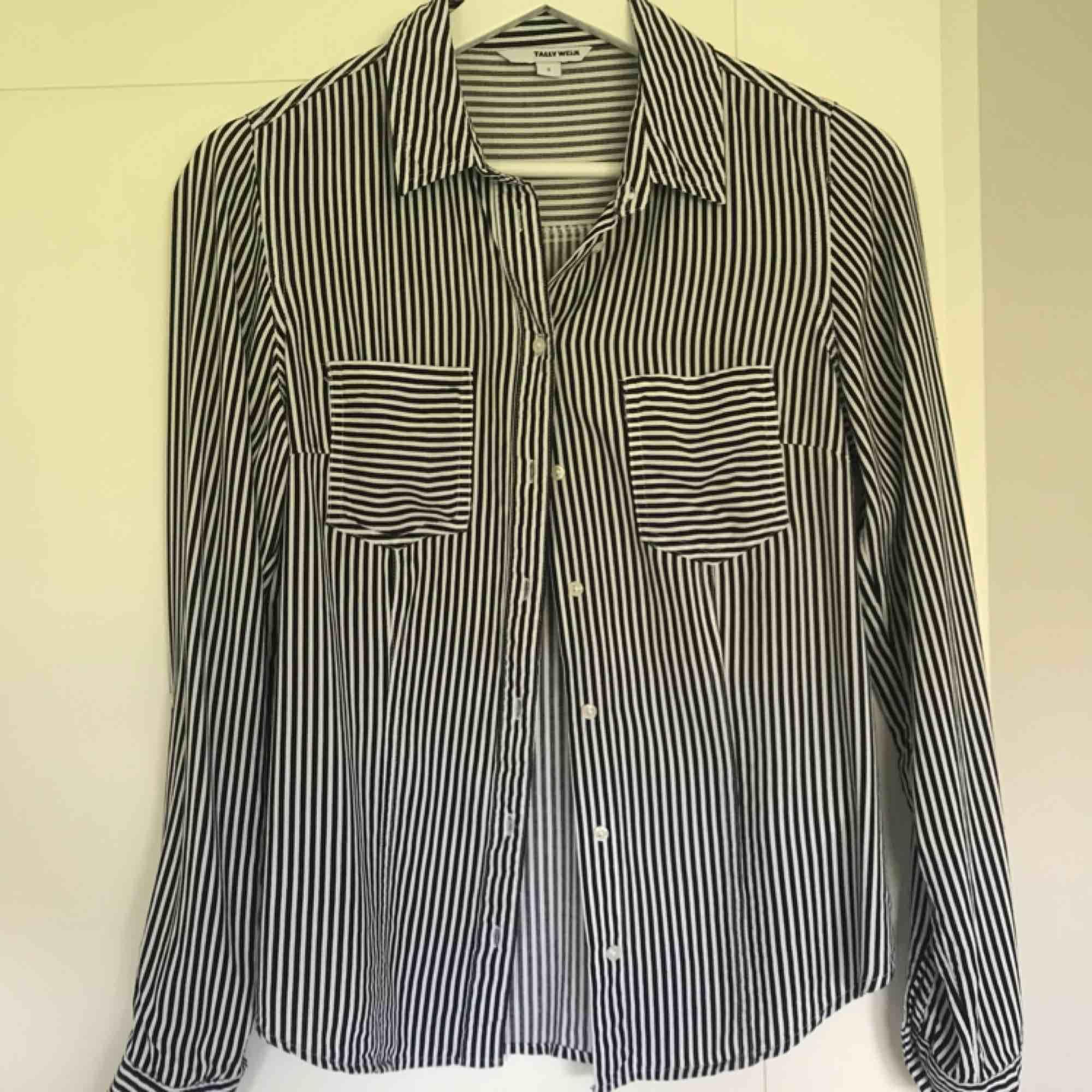Randig skjorta i storlek S. Sparsamt använd, bra skick! . Skjortor.