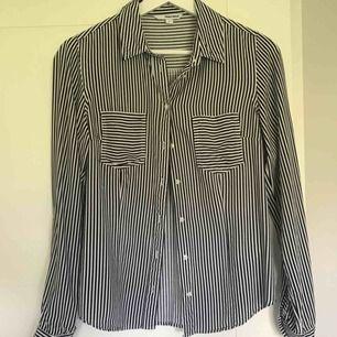 Randig skjorta i storlek S. Sparsamt använd, bra skick!