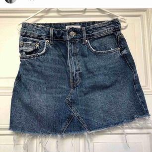 Säljer för 50kr + frakt Fin blåa jeans kjol med slitningar längst ner! Säljer pga att den är för stor för mig🥰