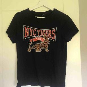 Svart t-shirt med tryck från Gina Tricot.