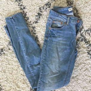 Jeans från Gina Tricot i ljus tvätt. I gott men använt skick! Skinny fit modell.